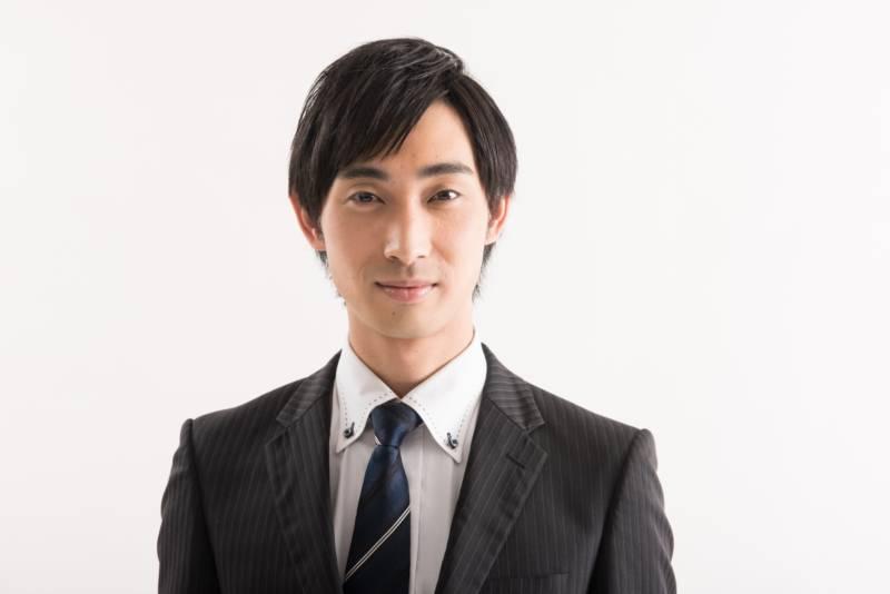 写真:スーツ姿の微笑む男性