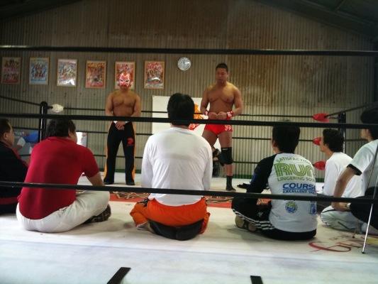 写真:プロレスリングでりょう太氏が講話している