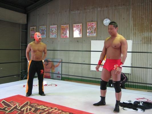 写真:プロレスリングでりょう太氏が体を披露している