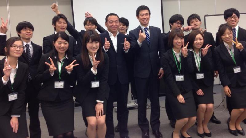写真:集合した笑顔の研修生