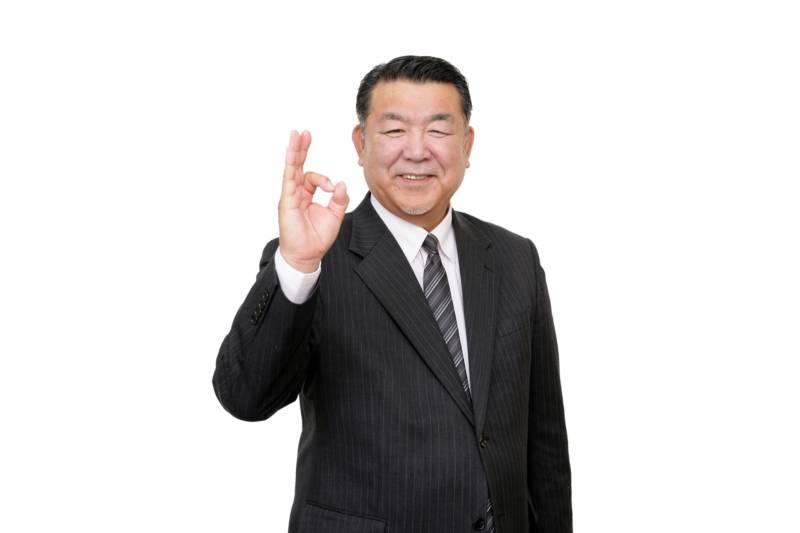 写真:オッケーサインをおくる笑顔の男性