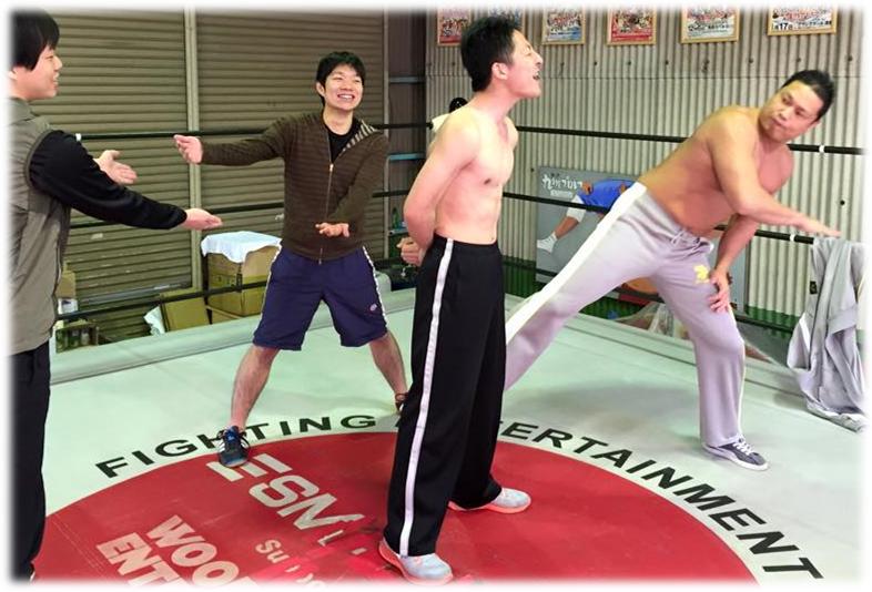 写真:プロレスリングで研修を行っている男性
